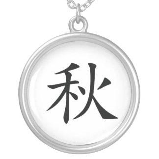 Collar japonés del kanji del otoño