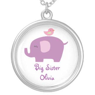 Collar lindo de los elefantes de la hermana grande