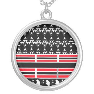 Collar negro y rojo geométrico