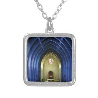 Collar Plateado Arcos en la iglesia azul