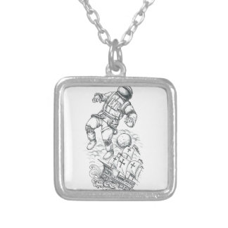 Collar Plateado Astronauta atado al tatuaje de Caravel