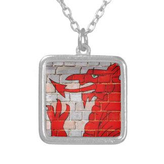 Collar Plateado Bandera de País de Gales en una pared de ladrillo