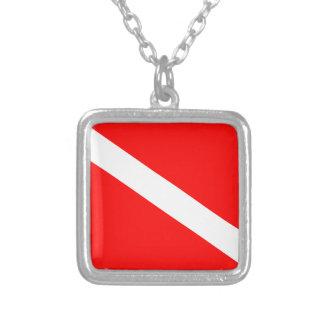 Collar Plateado Bandera del buceo con escafandra