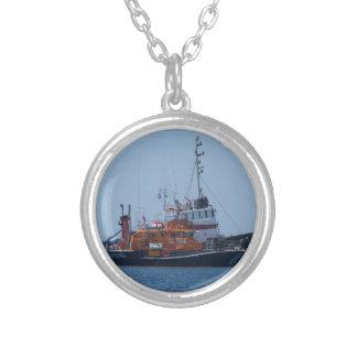 Collar Plateado Barco del guardacostas y barco del tirón
