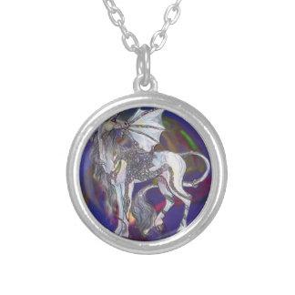 Collar Plateado Celtic de Griffon del unicornio de la esencia del