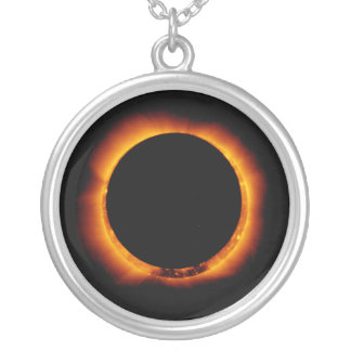 Collar Plateado Cerca de eclipse solar total
