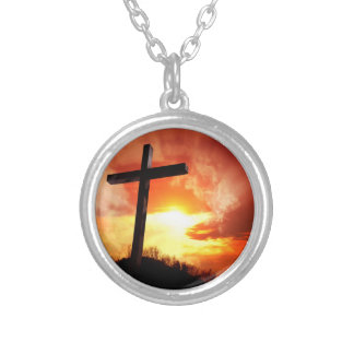 Collar Plateado Cruz religiosa de Pascua en la puesta del sol