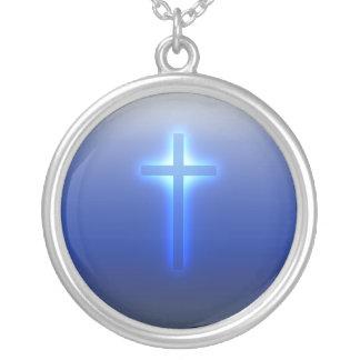 Collar Plateado Cruz religiosa que brilla intensamente