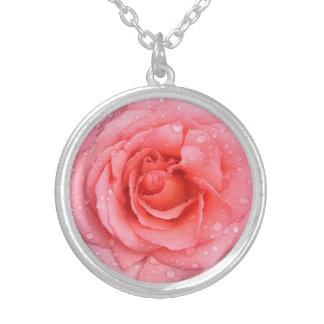 Collar Plateado Descensos rosados románticos del agua color de