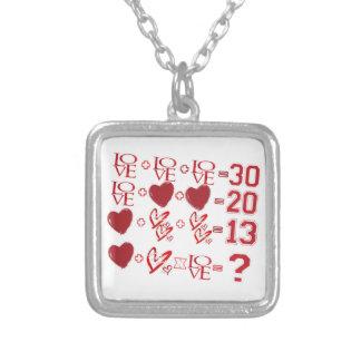 Collar Plateado diseño del el día de San Valentín de la ecuación