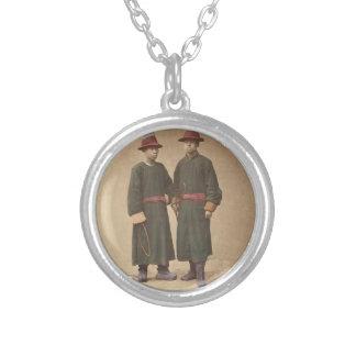 Collar Plateado Dos hombres chinos en vestido tradicional a juego