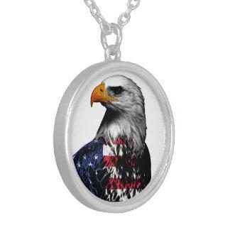 Collar Plateado Eagle calvo americano cubrió en la bandera de los