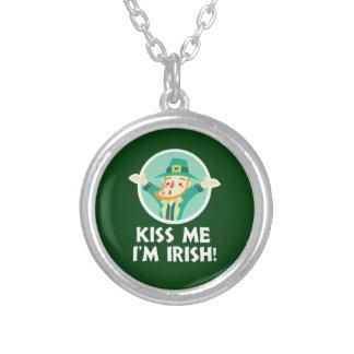 Collar Plateado El Leprechaun divertido me besa que soy San