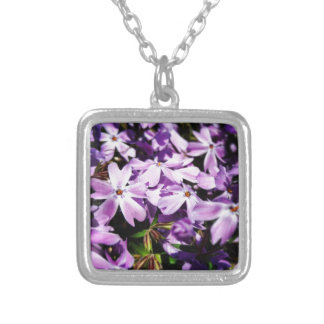 Collar Plateado El remiendo púrpura de la flor