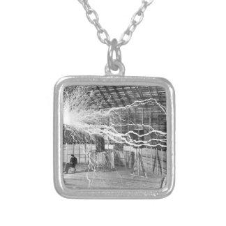Collar Plateado Electricidad de Nikola Tesla
