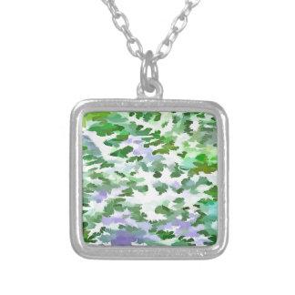 Collar Plateado Extracto del follaje en verde y color de malva