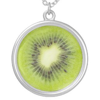 Collar Plateado Fruta de kiwi fresca. Primer redondo de la