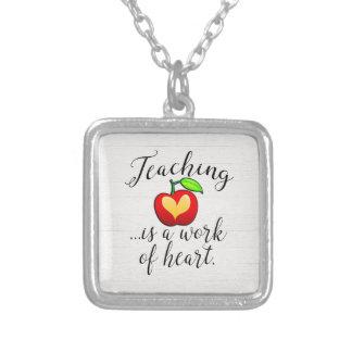 Collar Plateado La enseñanza es un trabajo del aprecio del