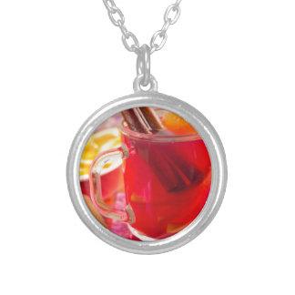 Collar Plateado La taza transparente con la fruta cítrica