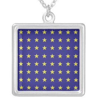 Collar Plateado Las estrellas del oro en la UE azul del fondo