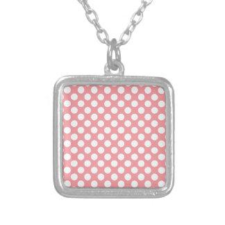 Collar Plateado Lunares blancos en fondo rosado