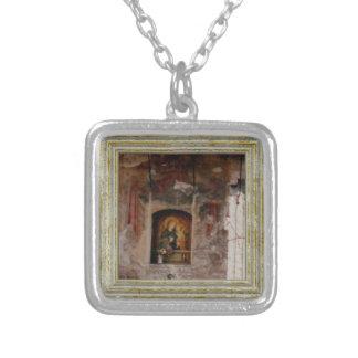 Collar Plateado Madonna en una gruta