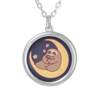Collar Plateado Mamá Sloth y bebés de la luna