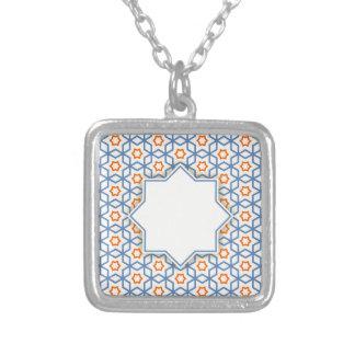 Collar Plateado modelo geométrico islámico