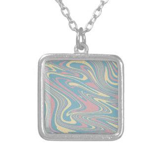 Collar Plateado Modelo líquido abstracto