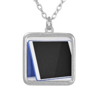 Collar Plateado Ordenador de la tableta en blanco
