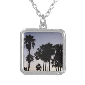 Collar Plateado Oscuridad con escena tropical de las palmeras