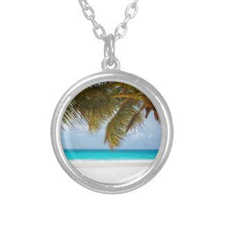 Collar Plateado Palmera verde en la playa durante d3ia