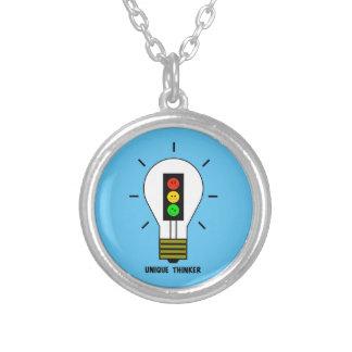 Collar Plateado Pensador único de la bombilla cambiante de la luz