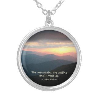 Collar Plateado Puesta del sol de la montaña: Mtns que llama la