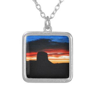 Collar Plateado Puesta del sol, valle del monumento, UT