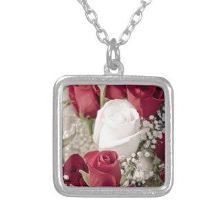 Collar Plateado ramo de rosas rojos con un rosa blanco en el