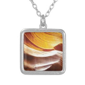Collar Plateado rocas anaranjadas del sol del moreno
