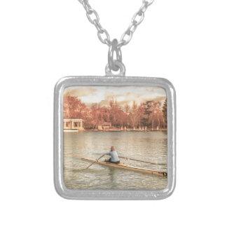Collar Plateado Rowing de la mujer en Del Retiro Park, Madrid,