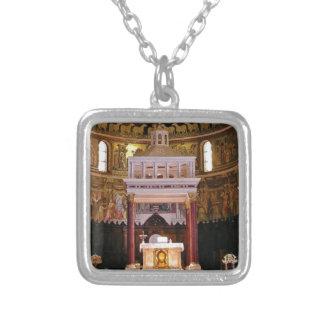 Collar Plateado santo altere en iglesia