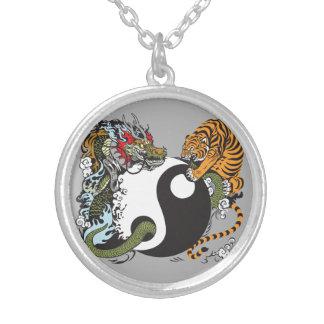 Collar Plateado símbolo de yang del yin del dragón y del tigre