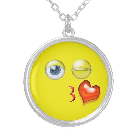Collar Plateado Soplo divertido un smiley de Emoji del beso