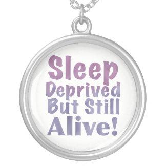 Collar Plateado Sueño privado pero aún vivo en púrpuras