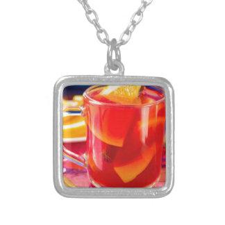 Collar Plateado Taza transparente con el vino reflexionado sobre