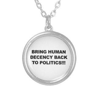 Collar Plateado Traiga la decencia humana detrás