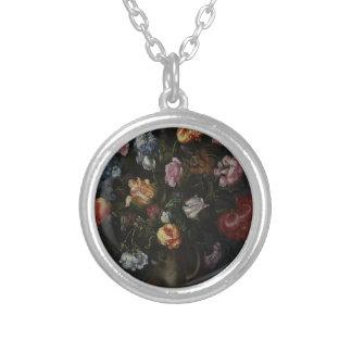 Collar Plateado Un florero con las flores
