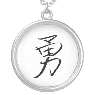 Collar Plateado Valor (chino)