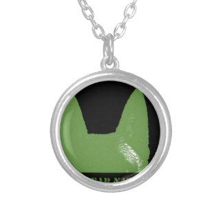 Collar Plateado Verde de la PLUMA en negro