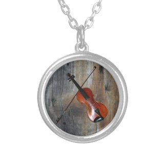 Collar Plateado Violín del ~ del violín con el fondo de Barnwood