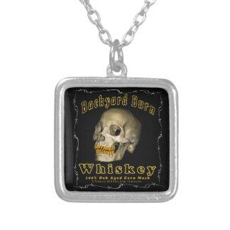 Collar Plateado Whisky de la quemadura del patio trasero