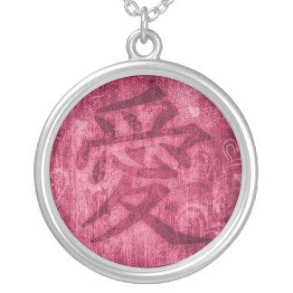 Collar rojo chino del símbolo del amor